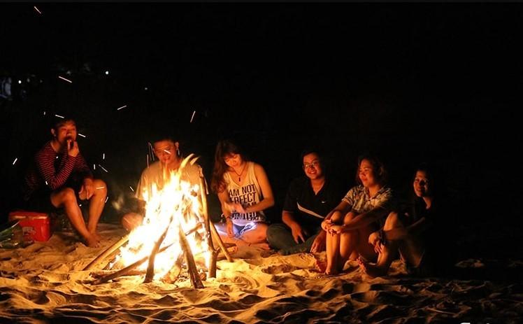 Đốt lửa trại khi đi du lịch đảo Bà Lụa