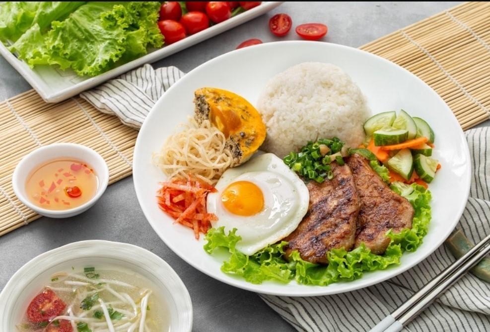Aưn gì khi đi du lịch Hồ Chí Minh cơm Tấm Sài Gòn